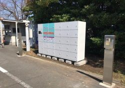 沼津事業所の駐車場の近くに設置された受け取りロッカー