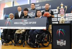 日本代表の鳥海選手(前列中央)らとともに大会をPRする三菱電機の永澤常務(後列左)