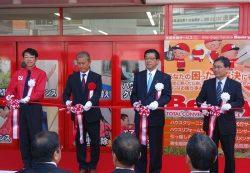 テープカットするベンリーの前田社長(左から2人目)、四国電力の佐伯社長(同3人目)