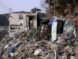 壊滅的な被害を受けた志津川伝送端局。津波で押し寄せた車両が突っ込んでいた(2011年4月、宮城県南三陸町)