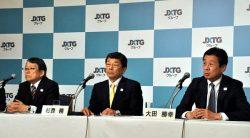 トップ交代会見に臨む(左から)JXTDHD次期会長の内田氏、次期社長の杉森氏、JXTGエネルギー次期社長の大田氏(24日、東京・虎ノ門)