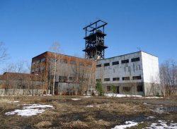旧住友赤平探鉱の立て坑やぐら棟。上部に立て坑やぐらが見える