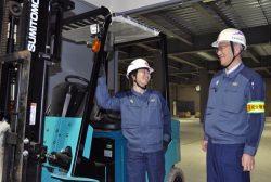 フォークリフトを前に談笑する菊原さん(左)と齋藤支社長