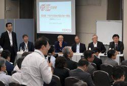 ディスカッションに臨む(右から)小早川社長、川村会長、佐伯常務執行役、内川特任顧問