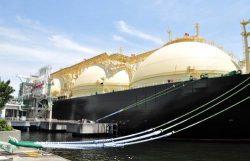 米国から根岸LNG基地に到着、着桟作業を行うサクラ号
