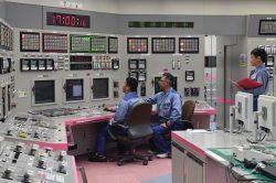中央制御室で4号機原子炉の起動操作を行う運転員(9日=代表撮影)