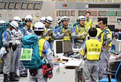 訓練初日、事故発生直後に緊急時対応要員らが中央制御室で参集、対応を行った(10日=代表撮影)