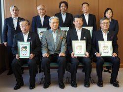 6社の代表が栃木県の福田知事(前列左から2人目)から認証票を交付された