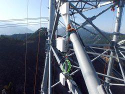 長距離無線LANを活用し架線現場の通信を確保する(鉄塔へのアンテナ機器などの据え付け状況)