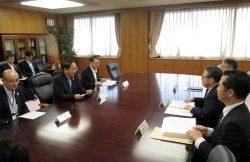 燃料サイクル政策などについて世耕経産相(右から2人目)に要請する三村知事(左から2人目)