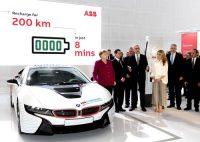 先月ドイツで開催された見本市「ハノーバーメッセ」で高出力充電設備を見学するメルケル首相(左端)