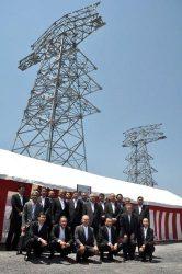 完成した研修用鉄塔。手前は東光電工役員、送電部門の幹部ら