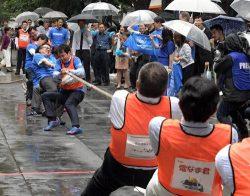 [パノラマ]社の威信掛けてスーツ姿で挑む/東京丸の内で企業対抗綱引き大会