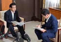 施設の概要を愛媛県の中村知事(右)に説明する佐伯社長(25日、愛媛県庁)