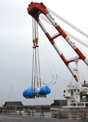 陸揚げのため吊り下げられる蒸気発生器