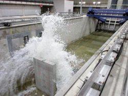 防潮堤に津波を当てて波圧を調べる実験の様子