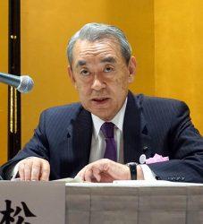 総会後に会見する松本会長