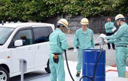 設置した仮取扱所で給油のデモンストレーションを行う作業員