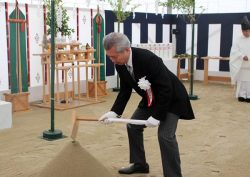 穿(うがち)初めの儀で鍬を入れる勝野社長