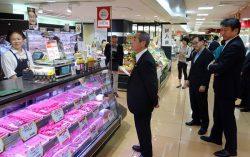 福島牛や麓山高原豚が陳列された売り場に足を運んだ福島県の畠副知事(中央)。右は東電HDの小早川社長