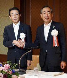 JEMA新会長に就任した柵山氏(右)。左は前会長の北澤氏
