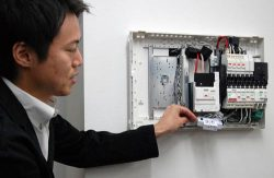 分電盤に接続された電力センサー。インターネットを介して収集したデータを分析・加工する