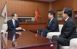 東京電力HDの小早川智明社長(中央)と、大倉常務執行役・福島復興本社代表(右)に、福島第二の廃炉を要請する内掘知事