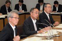 原子力産業界は15日、新組織「原子力エネルギー協議会」(ATENA)を7月1日に設立することを決めた。写真は、会見する(左から)電事連の勝野哲会長、理事長に就任する門上英氏、JEMAの柵山正樹会長(15日、東京・大手町)