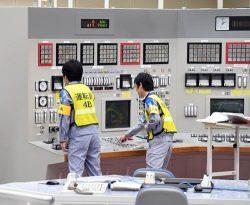 4号機中央制御室で発送電開始作業を行う運転員(19日=代表撮影)