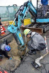 大阪・高槻市の現場。地震の影響で湧水が流入した恐れのある導管の調査を行う作業員