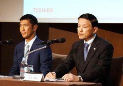 東芝メモリの今後について説明する成毛社長(右)とベインの杉本日本代表