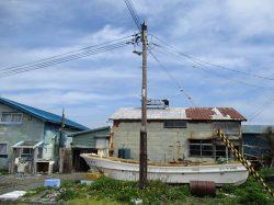 普段は無人の小島も夏場にはコンブ漁のため数軒の漁師が生活する