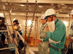 原子炉格納容器内で長谷川副本部長から説明を受ける溝口知事(右から2人目)
