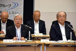 グループ一体となった取り組みを要請する瓜生社長(前列左、右は貫会長)