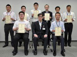 須藤部長(前列中央)と最優秀賞・優秀賞受領グループ代表者