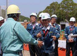 取水ルート建設現場で説明を受ける田中委員(中央)