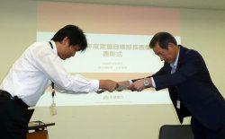 受彰者に表彰状を贈る小森部長(右)
