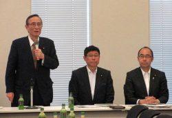 「科学技術を前に進める必要がある」と強調する細田会長(左)