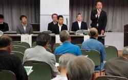 住民説明会の冒頭あいさつする岩崎本部長