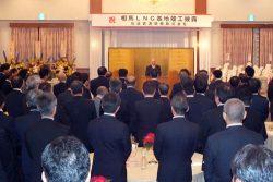 政官財の関係者約170人が集まった懇親会であいさつする岡田社長