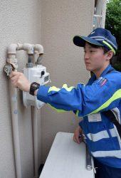 茨木市内で各戸を訪問しメーターガス栓の開栓作業を作業を行う大阪ガスの社員
