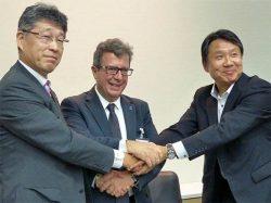 共同開発契約の調印式で握手する3社の幹部