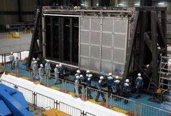 加振試験後にブローアウトパネル閉止装置の機密性を調べた規制委関係者ら(21日、兵庫県三木市)