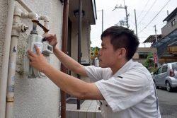 マイコンメーターでガス漏れがないか確認する大阪ガスサービスショップの社員