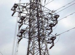 麻丸亀線の27番鉄塔。L字型の塔上開閉器を6つ設置した