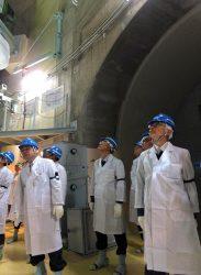 ふげんの原子炉建屋内を視察する田中委員(右)
