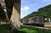 群馬・中之条町にある太子駅で公開されている鉄鉱石を貨車に積むホッパーの基礎部(左)と古い貨車