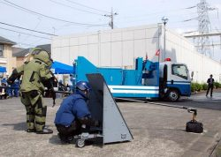 千歳変電所構内で不審物を除去する機動隊の爆発物処理班