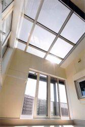 住宅の屋根に設置されたシースルー型太陽電池パネル