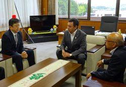 松本町長(中央)、青木議長(右)に福島第二の廃炉検討を説明する小早川社長(28日、楢葉町役場)